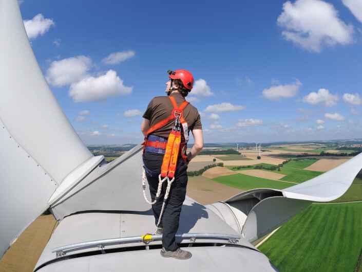 Arbeiter auf der Gondel der Windkraftanlage Harenzhofen.