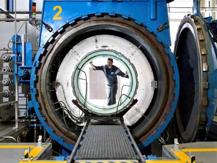 Industriereportage bei der Ruag Aerostructures, einem Hersteller von Komponenten für die Luftfahrt. Mitarbeiter in einem Autoklaven.