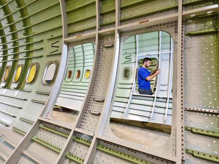 Industriereportage bei der Ruag Aerostructures, einem Hersteller von Komponenten für die Luftfahrt. Seitenschalen für Airbus.