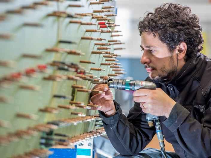 Industriereportage bei der Ruag Aerostructures, einem Hersteller von Komponenten für die Luftfahrt. Nieten an einem Leitwerk.