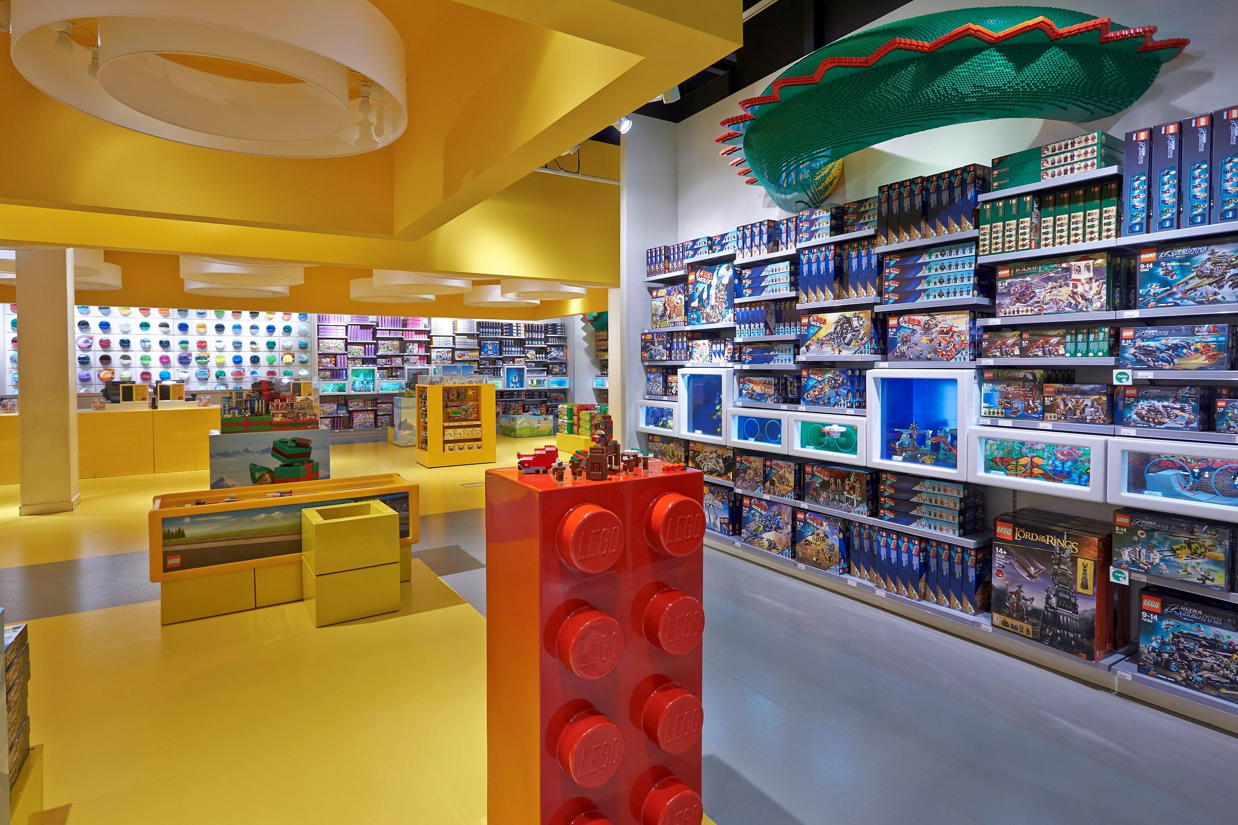 Innenarchitektur eines Legoladen im Bluewater Einkaufszentrum in Dartford in England.