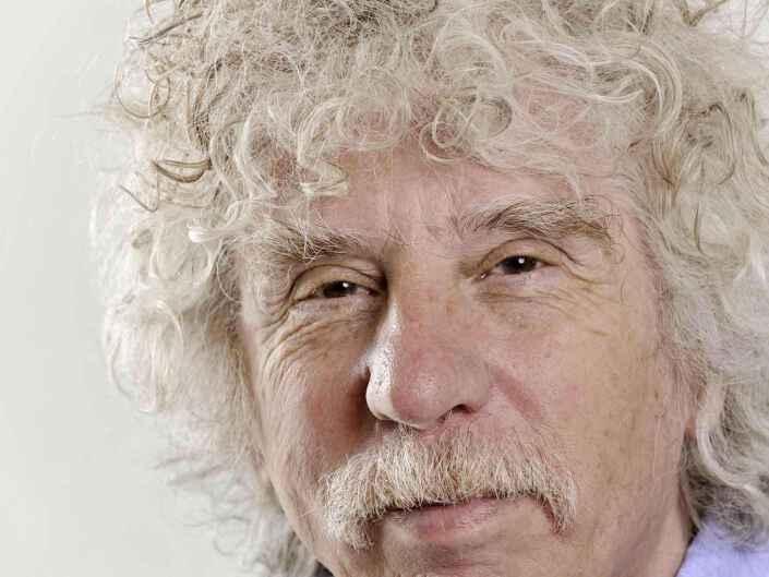 Headshot Fotografie des Politiologen, Publizisten und Schriftstellers Johano Strasser.